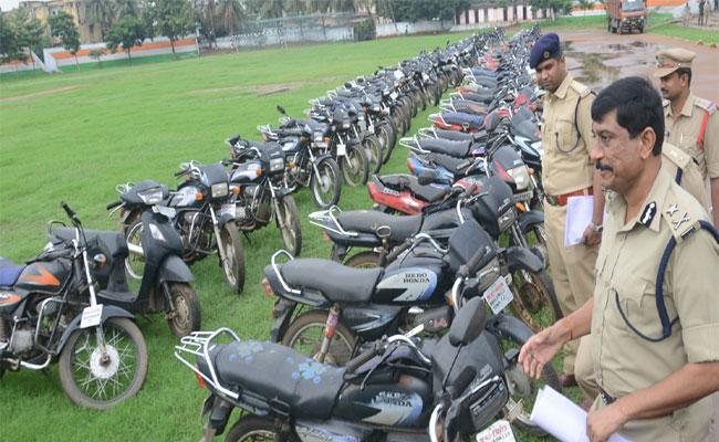 City Police Arrested Bike Gang Thieves In Visakhapatnam - Sakshi