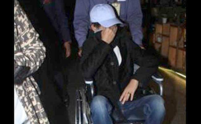 Irrfan Khan hides his face when spotted at Mumbai Airport - Sakshi