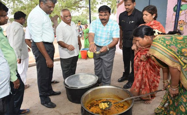 Collector Satyanarayana Inspected High Schools In Anantapur Over Mid Day Meals Quality - Sakshi