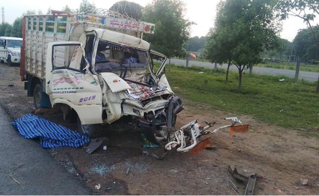 Two Srikakulam People Died In Road Accident In Mangalagiri - Sakshi