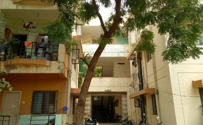 TDP Leaders Lives In Hospital Employees Quarters In Ananthapuram - Sakshi