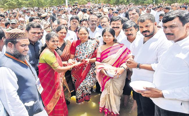 Minister Mekathoti Sucharitha Participated in Rottela Panduga - Sakshi