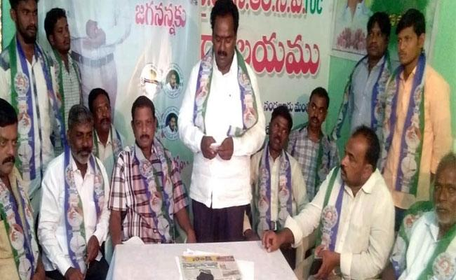 YSRCP Leader Slams On TDP Former MLC Chengalrayudu Over His Caste Politics In Kadapa - Sakshi
