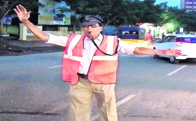 Retired BSF Jawan Doing Social Service By Giving Traffic Awareness In Kakinada - Sakshi