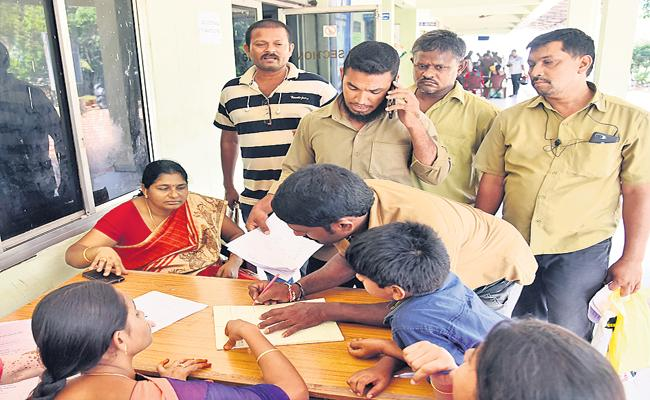 Massive applications for financial assistance to auto and taxi drivers - Sakshi