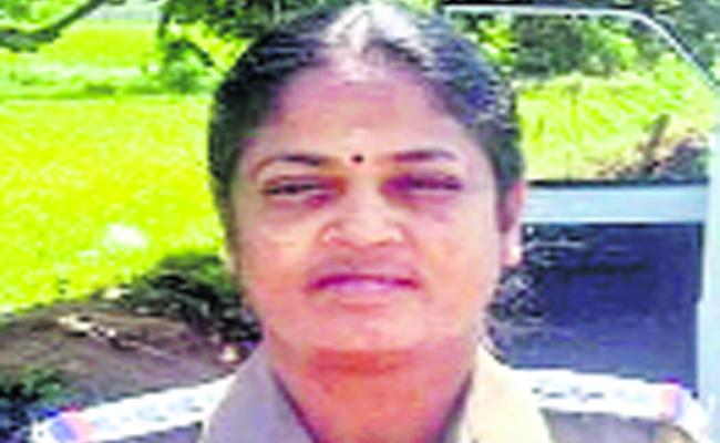 Women SI Helps To Pregnant Women In Tamilnadu - Sakshi