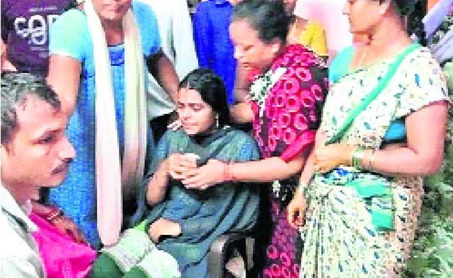 Thirteen Visakha People Missing In Godavari Boat Accident - Sakshi