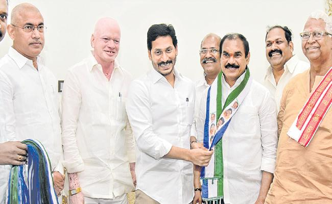 Thota Trimurthulu joins in YSRCP - Sakshi