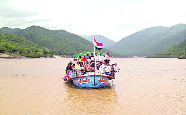 Khammam Person Died In Godavari Boat Accident - Sakshi