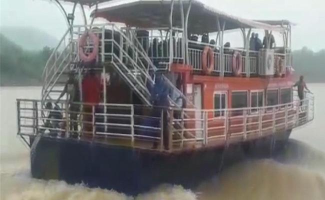 Very Risky for Boats at Kachaluru in Godavari - Sakshi