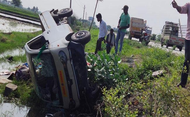 Couple Died In A Road Accident While Saving A Pig At Narkatpalli - Sakshi