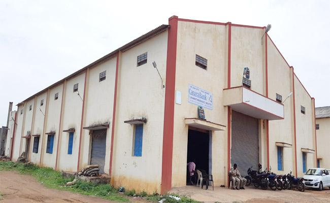 Huge Ration Rice Seized From TDP Leader Puli Chakrapanis Mill In Kavali - Sakshi