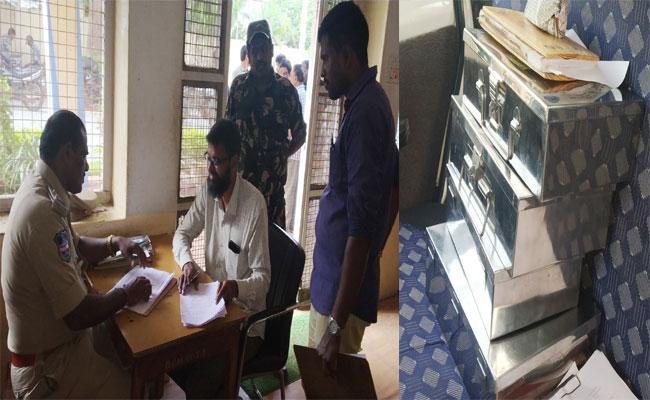 Police Raids On Play Card Clubs In Mahabubnagar - Sakshi