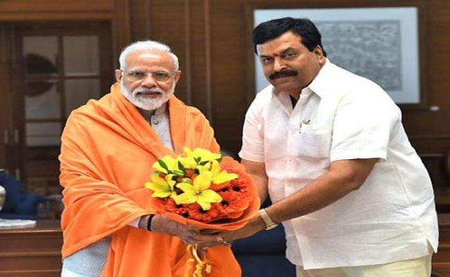 Ponguleti Sudhakar Reddy Celebrates Modi Birthday At Khammam - Sakshi