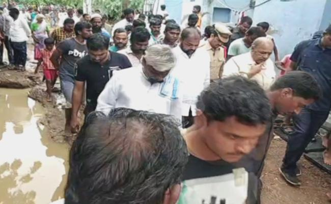 Joint Collector Of Kurnool Visited Submerged Villages In Mahanadi Mandal - Sakshi