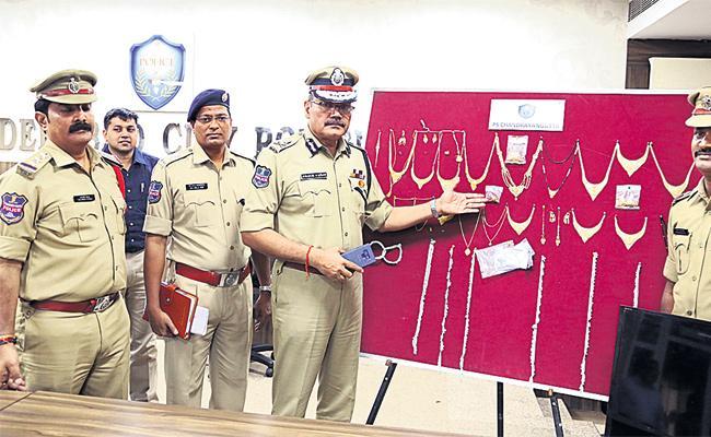 Driver Arrest in Robbery Case - Sakshi
