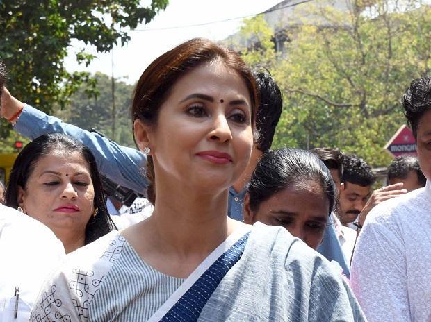 Urmila Matondkar Meets Uddhav Thackerays PA - Sakshi