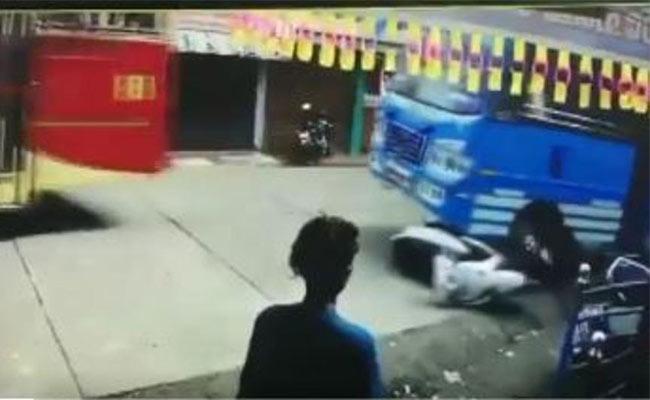 Man Dragged Under Bus In Kerala Viral - Sakshi