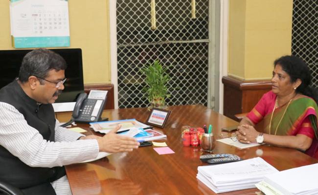 MP Vanga Geeta Demands Kakinada Should Be Headquartered - Sakshi