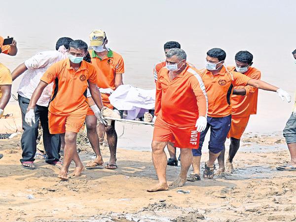 20 dead bodies was found on third day Boat accident in devipatnam - Sakshi