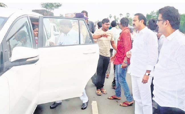 Minister Alla Nani Helps To Accident Victims In West Godavari - Sakshi