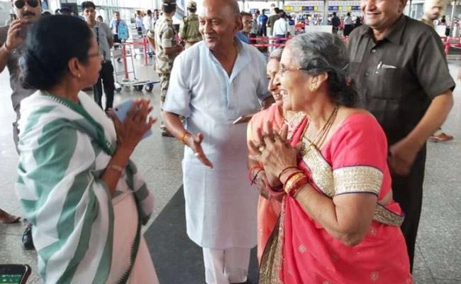 Mamatha Benerjee Meets Modi Wife At Kolkatha Airport - Sakshi