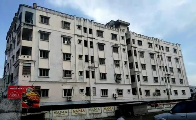 Apartment caved in Kakinada - Sakshi