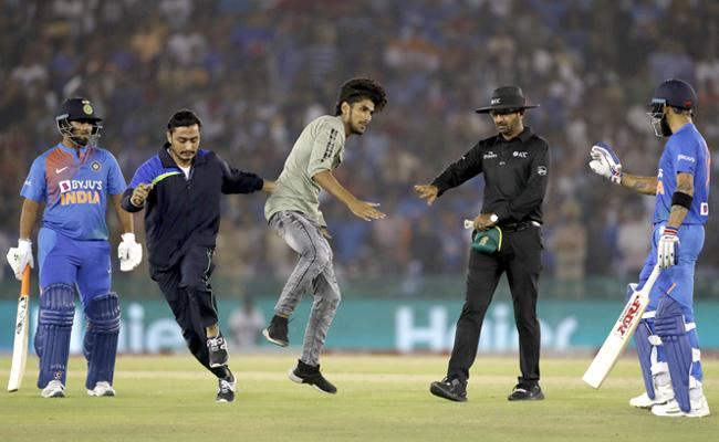 A Fan Embarrassed Kohli in the Mohali Stadium - Sakshi