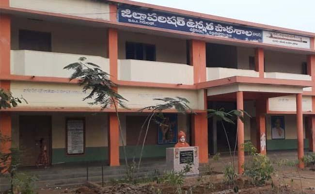 Controversy Between Teacher and Headmaster at ZP School, Kadipikonda - Sakshi