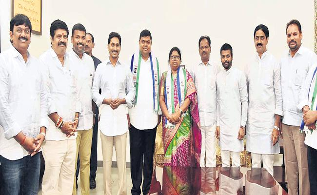 Shock to TDP in Visakha - Sakshi