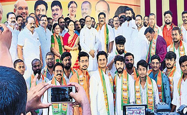 BJP Leader Laxman Slams CM KCR - Sakshi