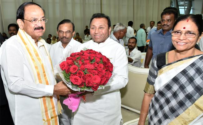Venkaiah Naidu Says He Is always a servant of Telugu states - Sakshi