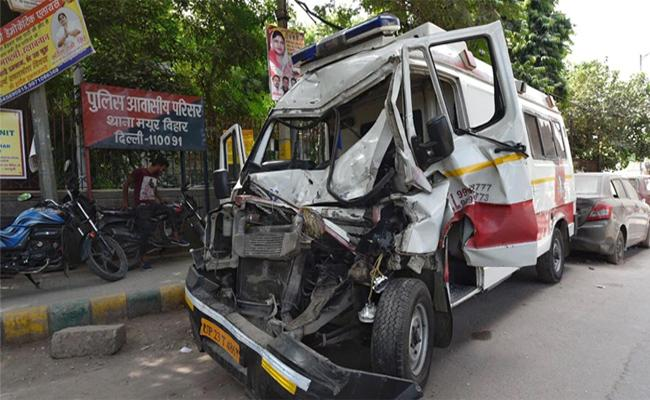 2year Old Boy And Nurse Died In Ambulance Crash On DND Flyway In Delhi - Sakshi