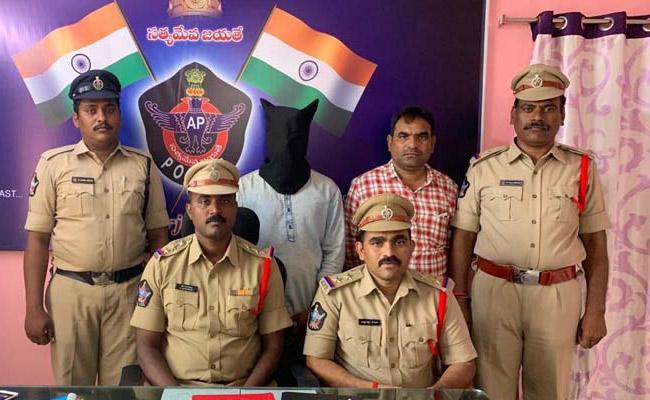 Man Arrested For Cheating In ATM Centers Marturu Prakasam  - Sakshi