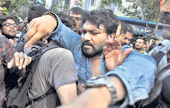 Union Minister Babul Supriyo heckled at Jadavpur University - Sakshi