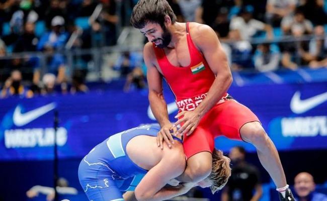 Yogeshwar Slams Umpiring Bajrangs Controversial Loss - Sakshi