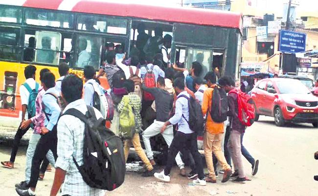 College Students Suffering Bus Shortage in Hyderabad Outcuts - Sakshi