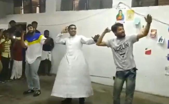 Delhi Priest Dances For Malayalam Song Kudukku Pottiya Kuppayam - Sakshi