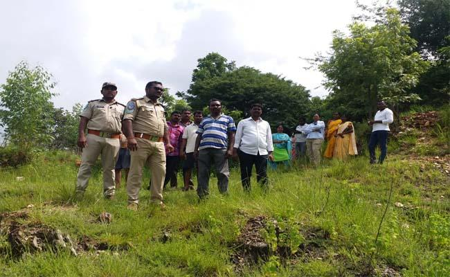 Villagers Suspect Leopard Wandering in Puvvada Nagar - Sakshi