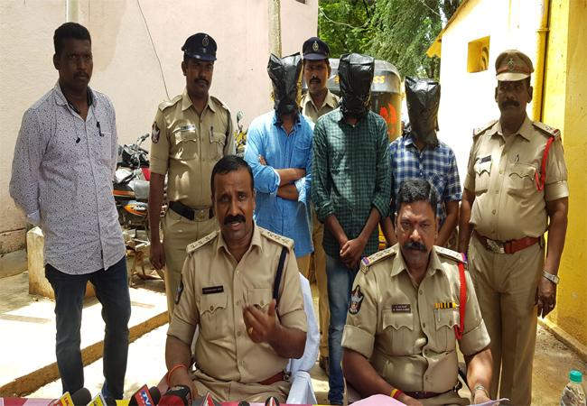 International Phone Calls Fraud Gang Arrested In Kadapa - Sakshi