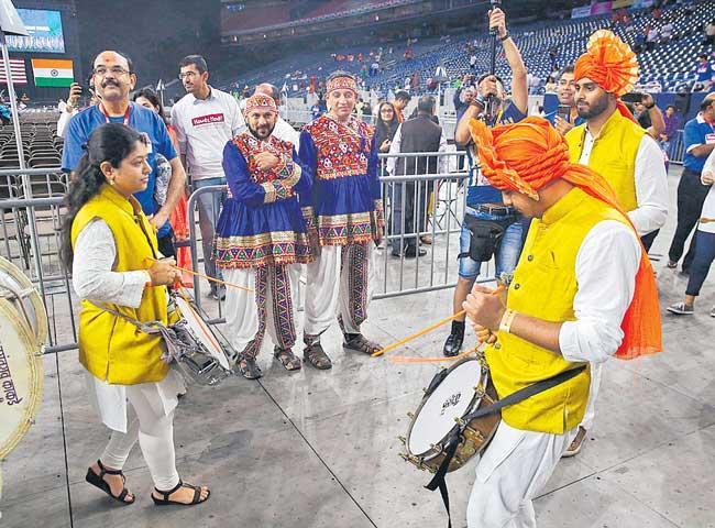 India-USA cultural harmony mesmerises audience during Howdy, Modi - Sakshi
