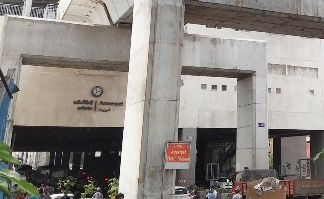 Woman Died in Ameerpet Metro Station Hyderabad - Sakshi