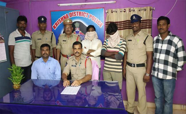 police Arrested Fake Police In Vijayawada - Sakshi
