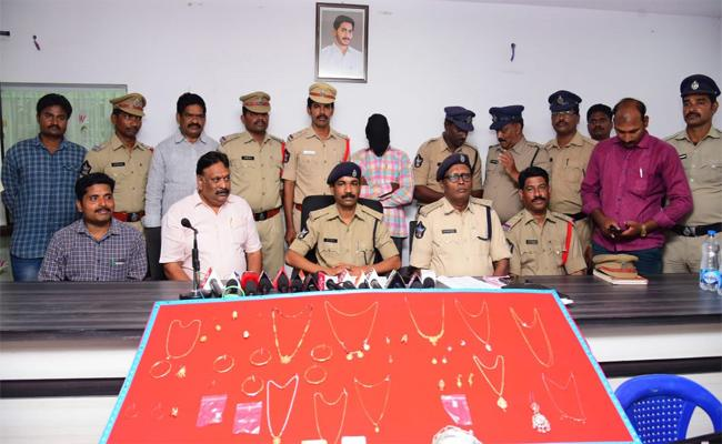 Police Arrested Thief In Vijayawada And Seized 358 Grams Gold - Sakshi