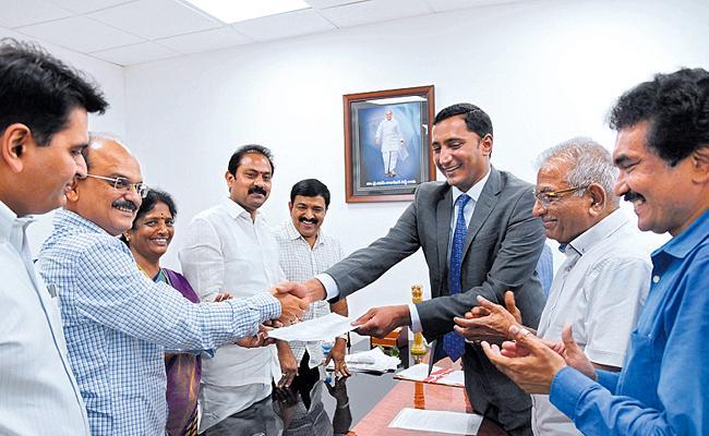 Alumni Come Farward To Help Kakinada Govt Hospital - Sakshi