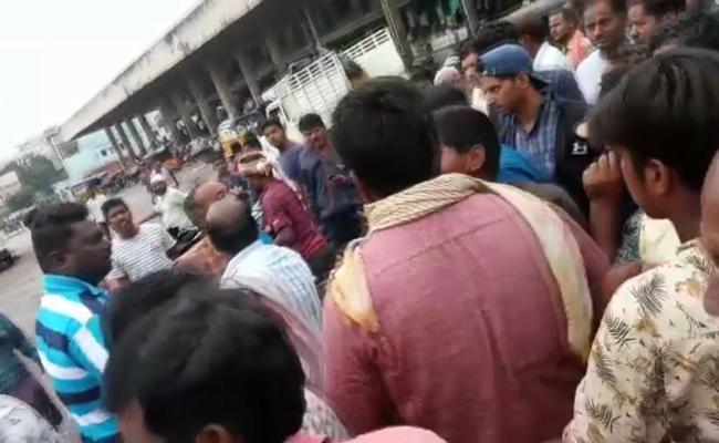 Kothapet Fruit Market Mediators Farmers Fight Over Papaya Rates - Sakshi