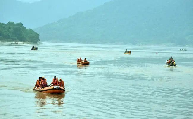 ONe Dead Body Found In Boat capsized Incident In East Godavari - Sakshi