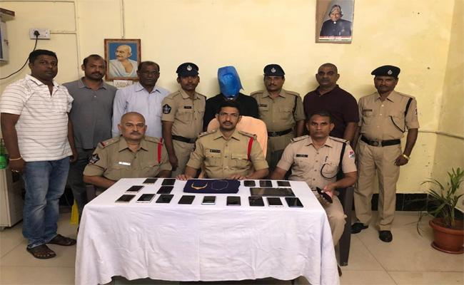 Police Arrested Mobile Phones Thief In Kadapa  - Sakshi