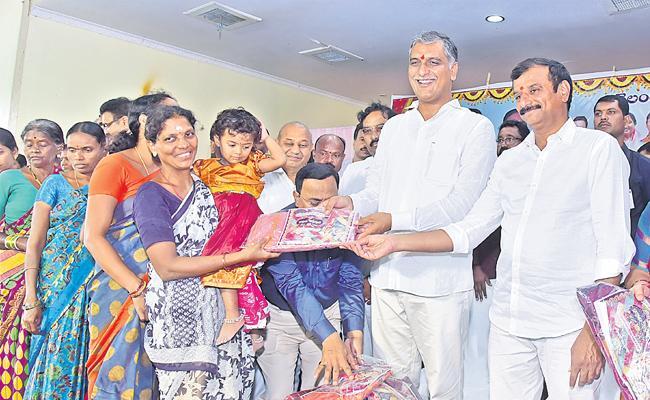 Harish Rao Distribute Bathukamma Sarees In Siddipet District - Sakshi