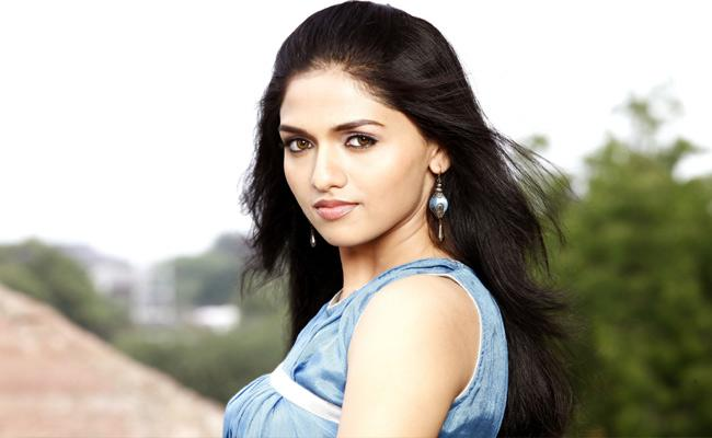 Heroine Sunaina Play Lead Role In A Science Fiction Movie - Sakshi